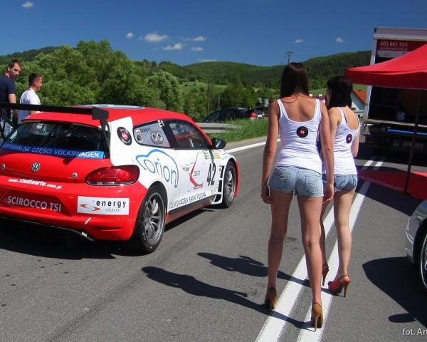 oklejanie samochodów dziewczyna